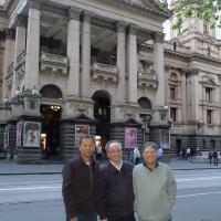 Hạnh, Phú và Khải trước Tòa Thị Sảnh