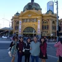 Gia đình Khải trước nhà ga Flinders