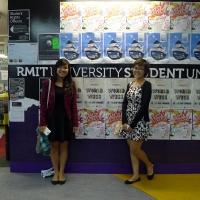 Hai cô con gái của Khải ở trước văn phòng công đoàn sinh viên